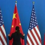5月27日、米通商代表部(USTR)は、中国が不当に米国産鶏肉製品に反ダンピング(不当廉売)関税を課しているとして、世界貿易機関(WTO)に紛争処理小委員会の設置を要請したと発表した。写真は米国と中国の国旗、北京で2014年7月、代表撮影(2016年 ロイター/Ng Han Guan)
